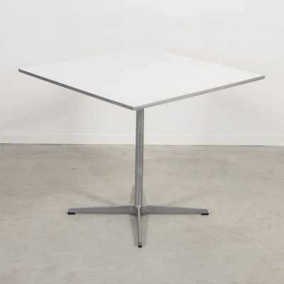 Arne Jacobsen table by Fritz Hansen