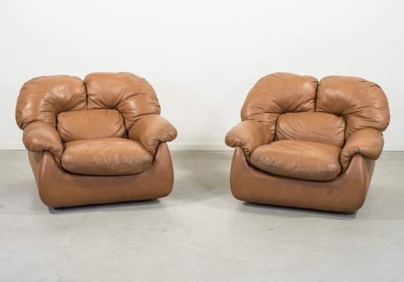 Set of two Italian Modern brown leather lounge armchairs, 1960s