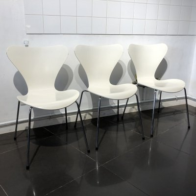 Set of 3 White 'Series 7' Chairs by Arne Jacobsen for Fritz Hansen, 1980s