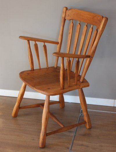 Vintage 1940s Canadiana maple wood chair with arrow point back & solid arms