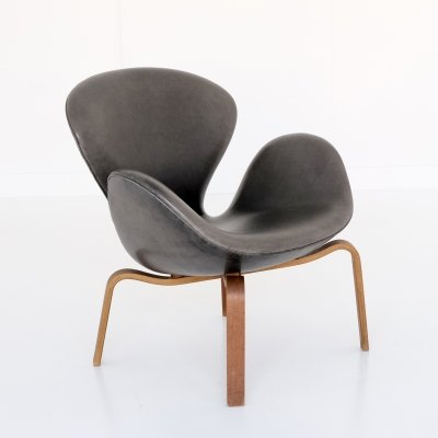 Arne Jacobsen Model 4325 Swan Chair with laminated wooden base, 1960s