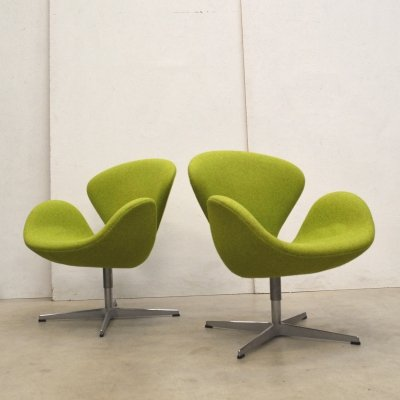 Pair of Swan lounge chairs by Arne Jacobsen for Fritz Hansen, 1990s