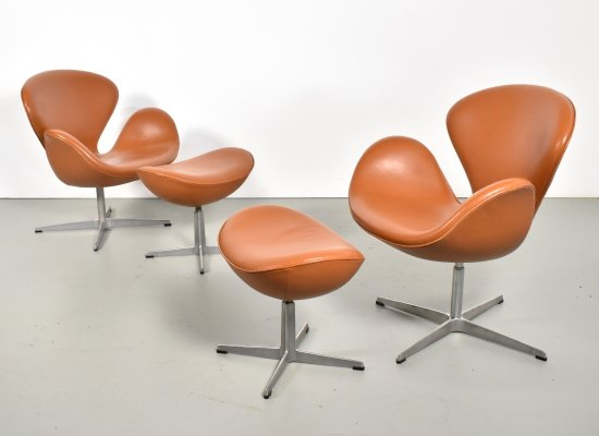 Pair of Swan chairs with stool in cognac leather by Arne Jacobsen for Fritz Hansen, 1990s