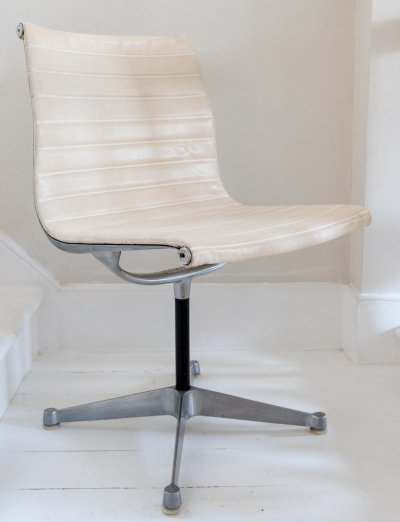 1st Generation Charles & Ray Eames '680' Chair manufactured by Hille, 1960s