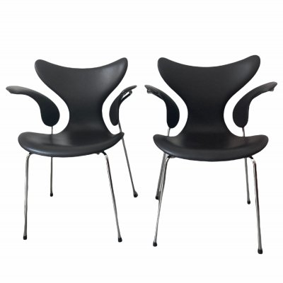 Pair of seagull chairs by Arne Jacobsen for Fritz Hansen